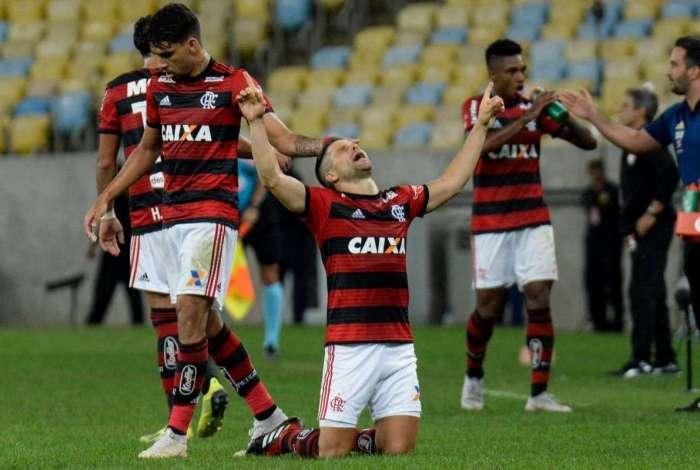 Flamengo derrota o Vitória e diminui distância para o São Paulo no ... 2acc5eef26326